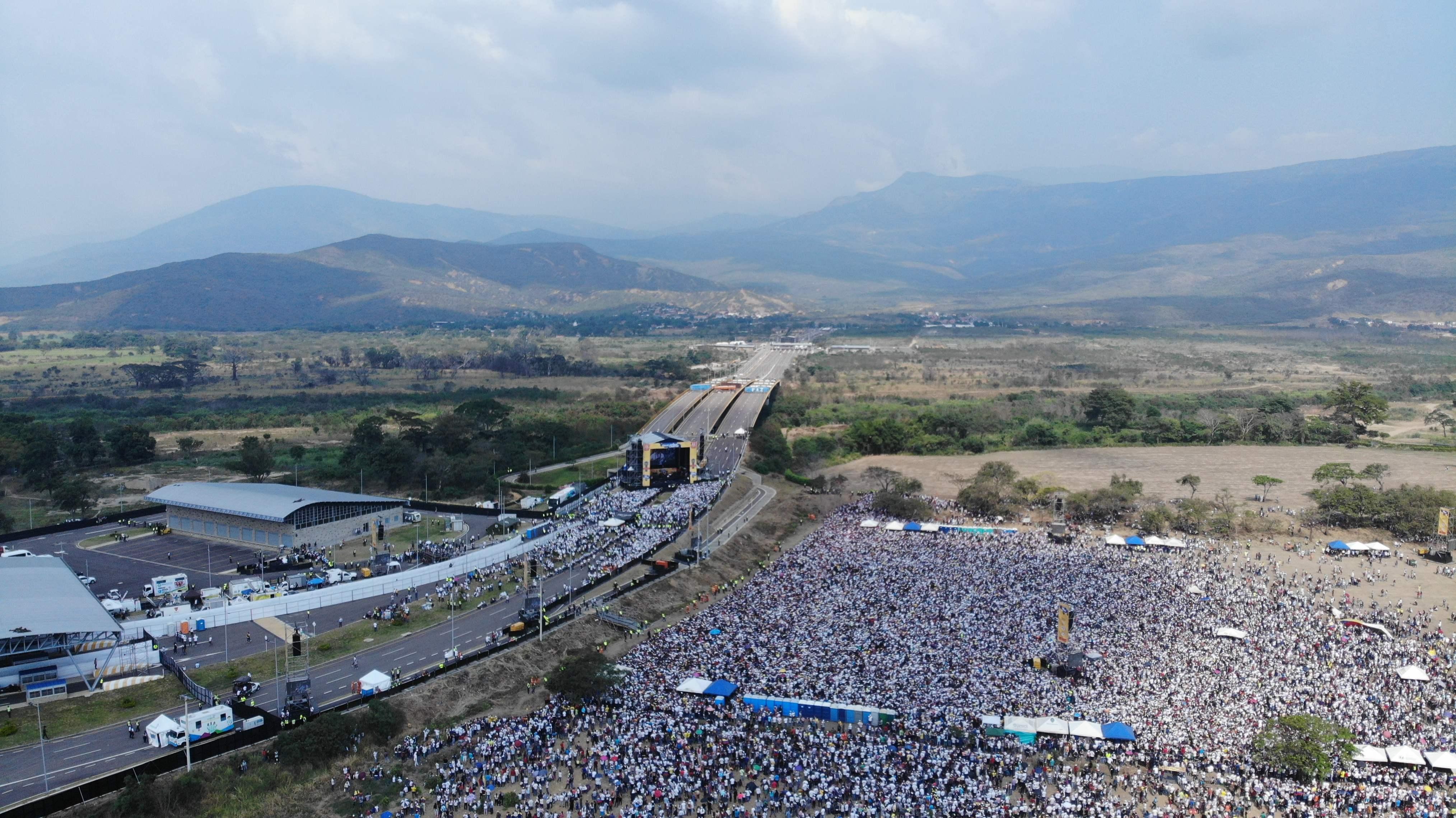 Vista aérea del concierto del lado colombiano; al fondo, puede observarse la tarima del concierto organizado por el chavismo. (Foto Prensa Libre: AFP)