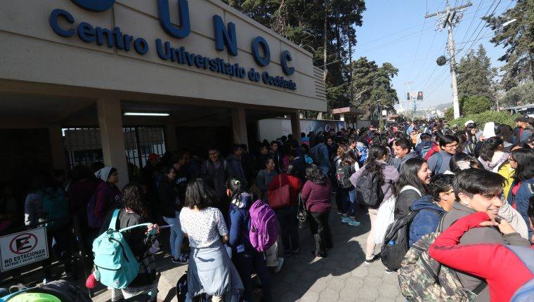 Cientos de estudiantes del Centro Universitario de Occidente (Cunoc), no lograron ingresar al campus debido a que encapuchados tomaron los módulos. (Foto Prensa Libre: Mynor Toc)