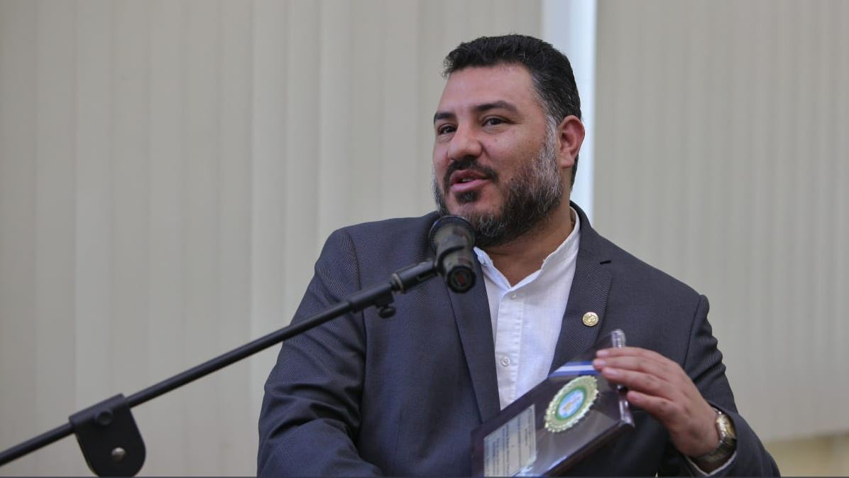 Alfonso Alonzo, ministro de Ambiente muestra el reconocimiento otorgado por la Junta Directiva del Colegio de Ingenieros Agrónomos. (Foto Prensa Libre: Tomada de @marngt)