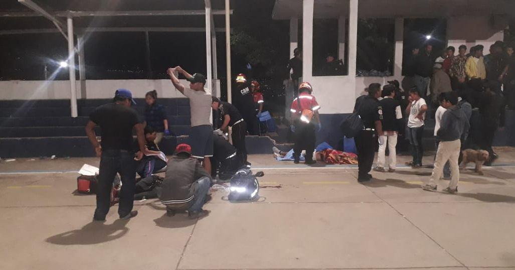 Curiosos en el lugar del ataque en Villa Nueva. (Foto Prensa Libre: PMT Villa Nueva)
