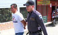 Mario Tut Ical es custodiado por un guardia. (Foto Prensa Libre: Eduardo Sam).