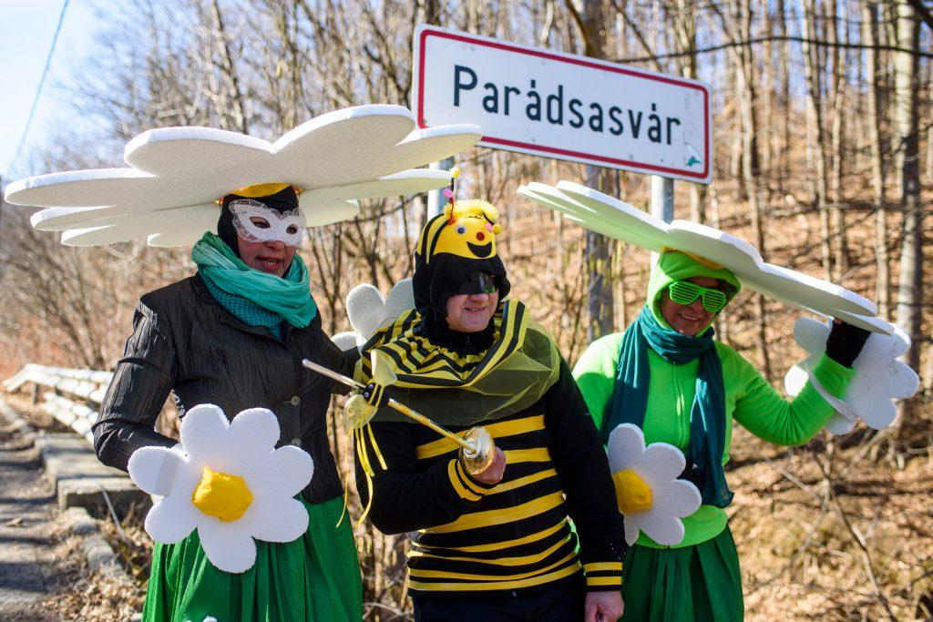 Los juerguistas disfrazados participan en el carnaval de 'afeitado' celebrado en Paradsasvar, Hungría. EFE
