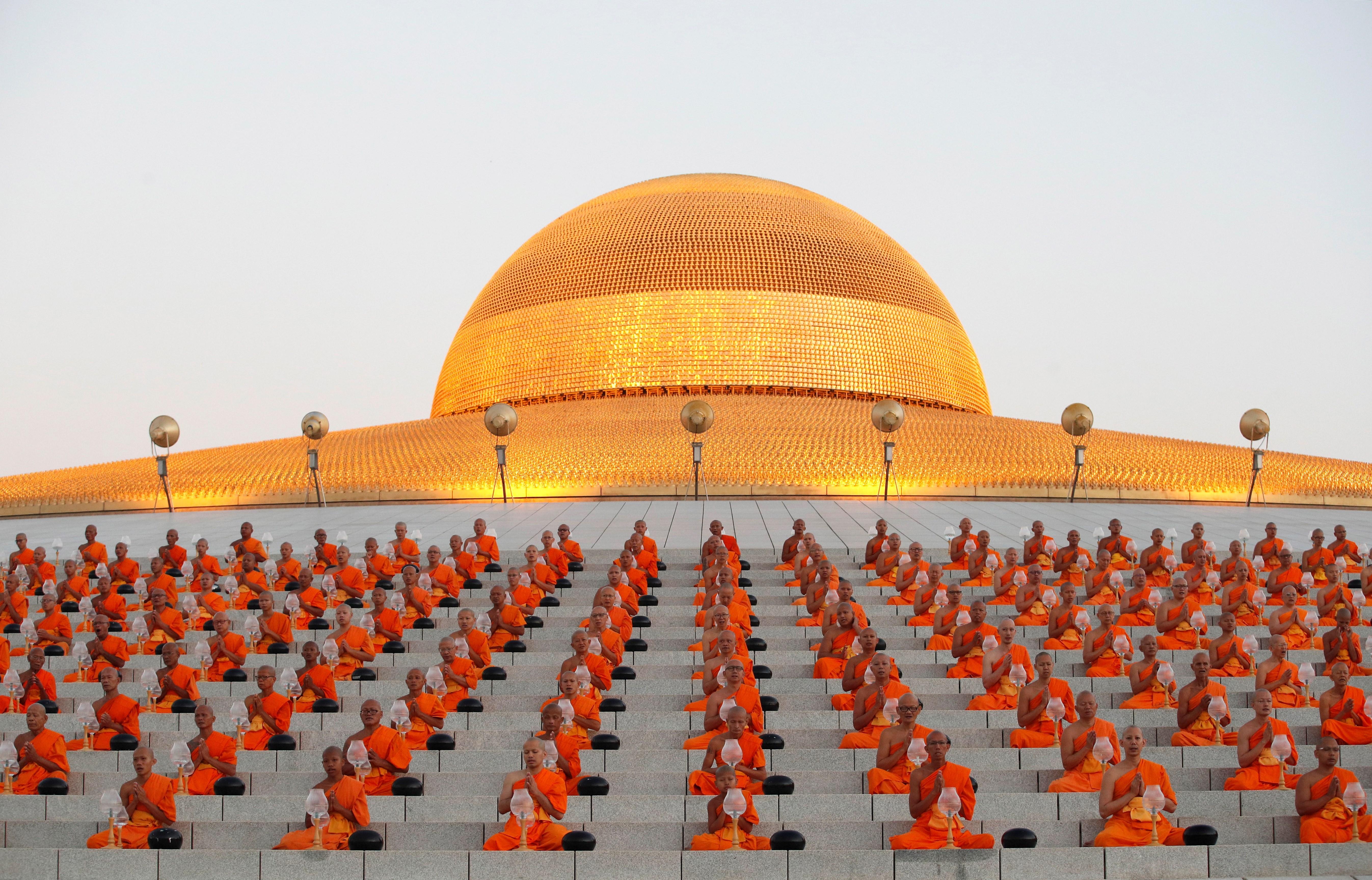 Monjes budistas rezan durante una ceremonia que conmemora el día del Magha Puja (Makha Bucha en tailandés) en el Templo Wat Phra Dhammakaya en la provincia de Pathum Thani en Tailandia. EFE
