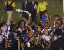 Los jugadores de Cobán Imperial celebran el título del Torneo de Copa. (Foto Prensa Libre: Francisco Sánchez)