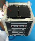Flecha señala la computadora de a bordo instalada en el interior de Quetzal-1, que se encargará de controlar todas sus actividades para que cumpla su misión. (Foto Prensa Libre, Proyecto CubeSat)