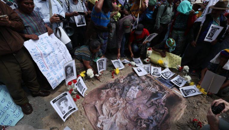 Víctimas del conflicto armado interno colocan fotografías frente al Congreso de sus familiares desaparecidos o  muertos durante el conflicto armado interno. (Foto Prensa Libre: Esbin García)