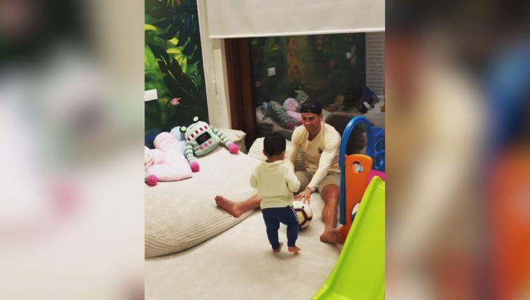Cristiano Ronaldo juega con su pequeño hijo Mateo. (Foto Prensa Libre: @georginagio)
