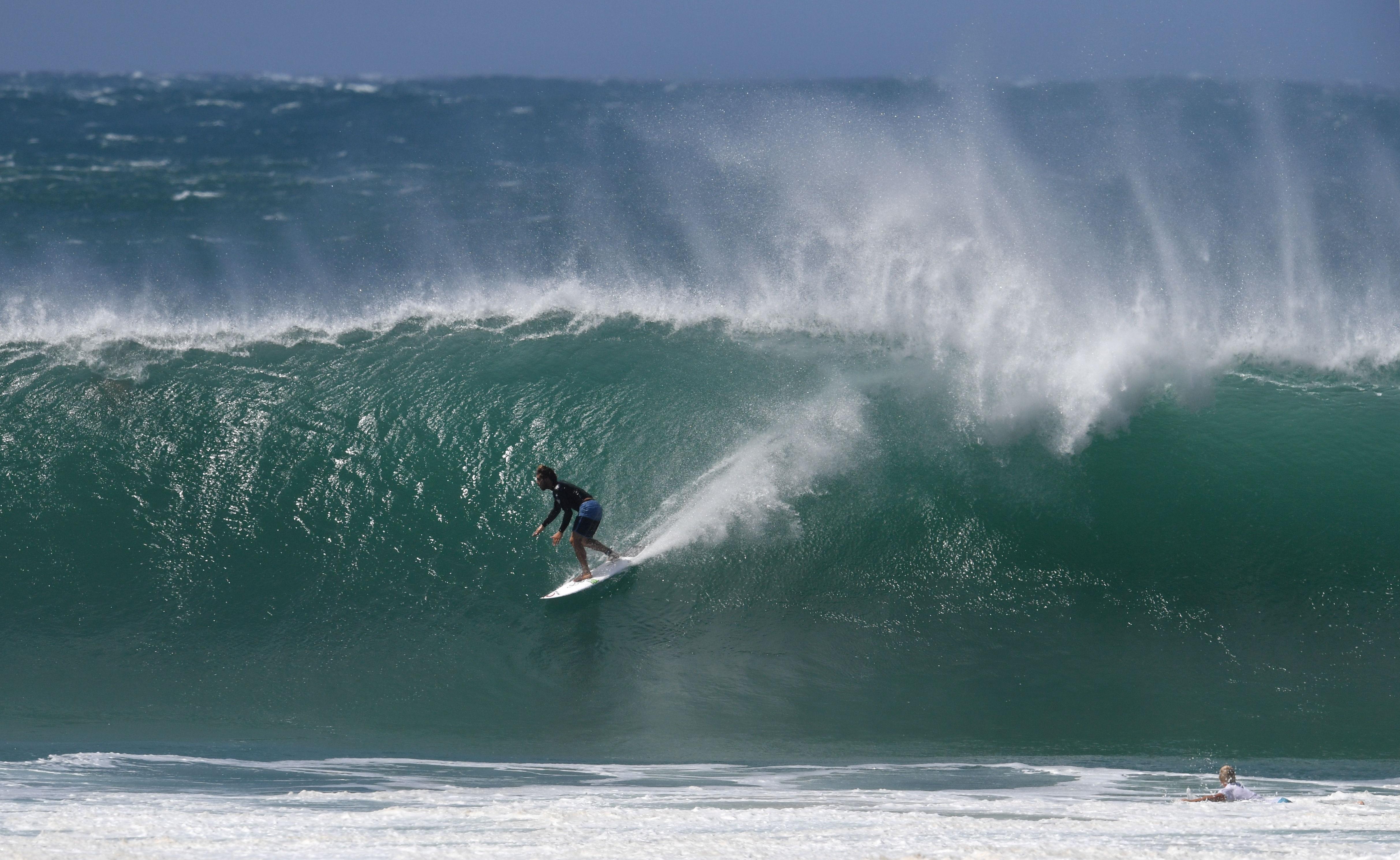 Un surfista es visto montando una ola en Kirra en Gold Coast, Queensland, Australia. EFE