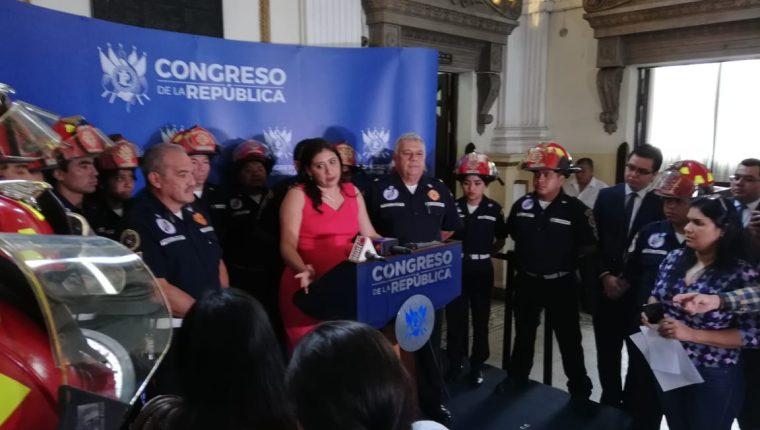 La diputada Eva Monte presenta una iniciativa de ley para favorecer a los Bomberos Municipales Departamentales. (Foto Prensa Libre: Carlos Álvarez)