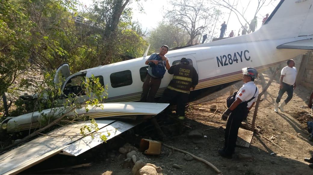 Bomberos Voluntarios acuden al lugar donde cayó avioneta. (Foto Prensa Libre: Cortesía)