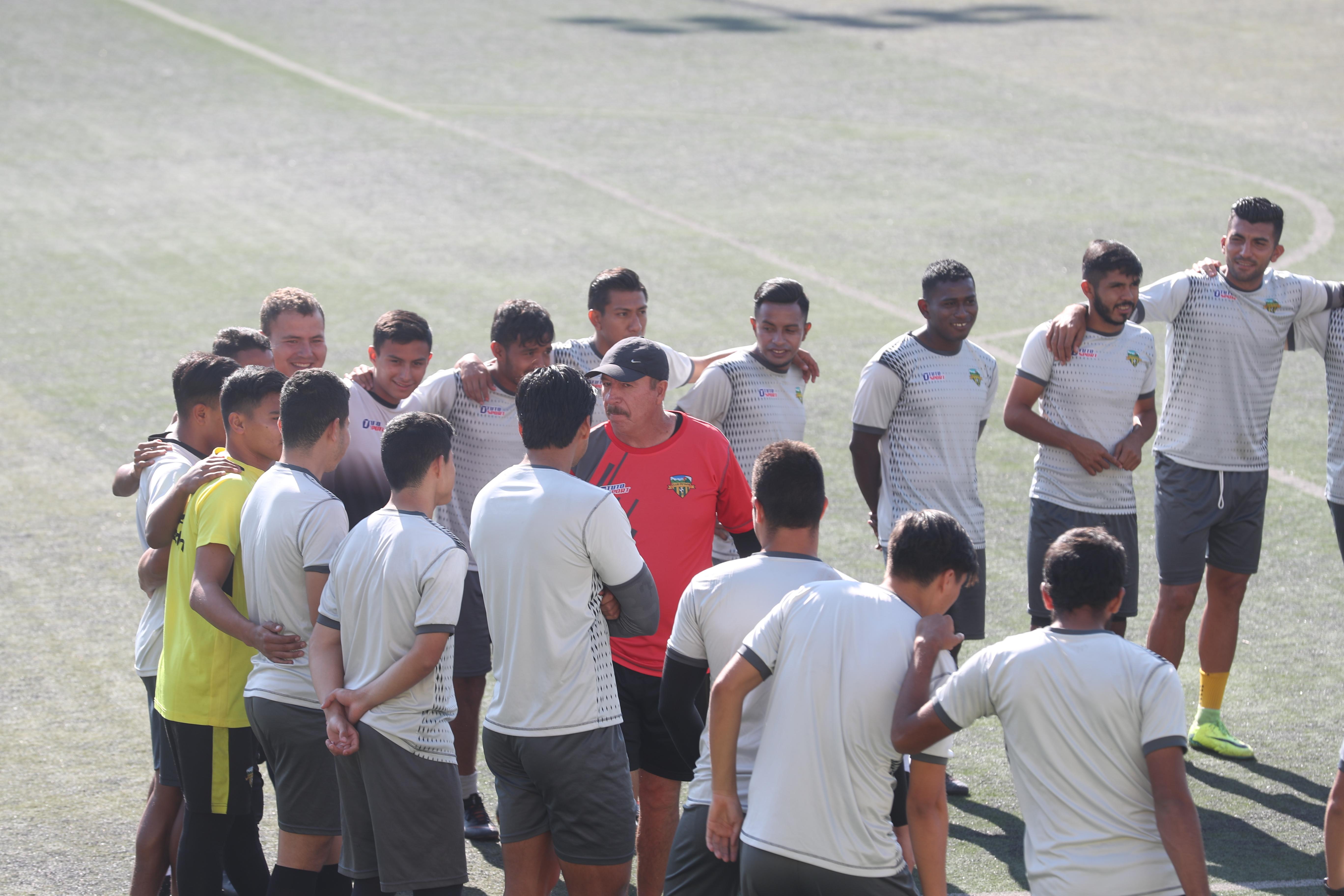 Los jugadores de Petapa, durante la práctica del jueves en el Julio Armando Cóbar. (Foto Prensa Libre: Edwin Fajardo)