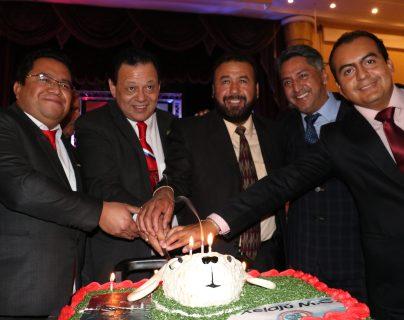 Directivos del club partieron el pastel conmemorativo de los 77 años del club. (Foto Prensa Libre: Raúl Juárez)