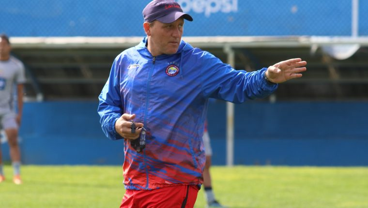 Ramiro Cepeda había determinado no seguir en Xelajú, sin embargo los jugadores se comprometieron a revertir la situación. (Foto Prensa Libre: Raúl Juárez)