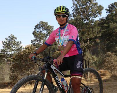 Flory de León luce el suéter de campeona y las medallas que obtuvo en las dos etapas que ganó. (Foto Prensa Libre: Raúl Juárez)