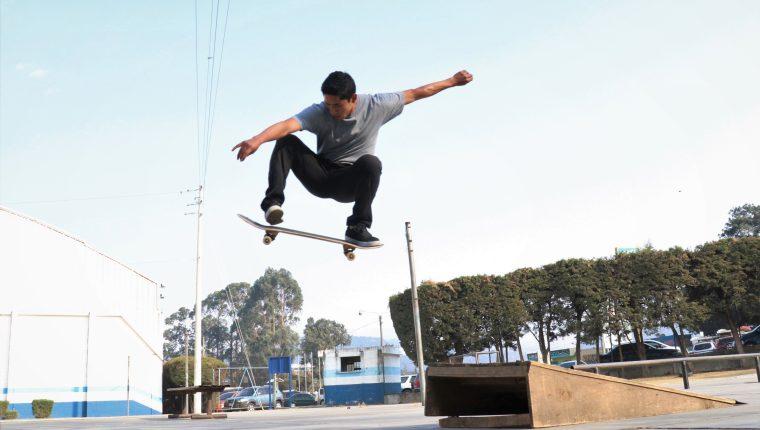 El skateboarding es un deporte de acción que consiste en montar y realizar trucos sobre una patineta, así como una actividad recreativa. Tendrá su primera participación olímpica en Tokio 2020. (Foto Prensa Libre: Raúl Juárez)