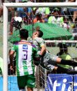 Daniel Guzmán celebra después de anotar en el empate de Chiantla contra Antigua GFC. (Foto Prensa Libre: Carlos Vicente)