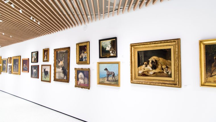En el acervo destaca una colección de pinturas con perros como eje central. (EFE).