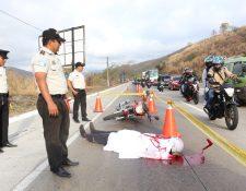 PNC  atrajo la atención los motoristas con esta inusual campaña. (Foto Prensa Libre: PNC)