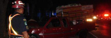 El picop donde se transportaban las víctimas quedó a la orilla de la carretera. (Foto Prensa Libre: CBMD).