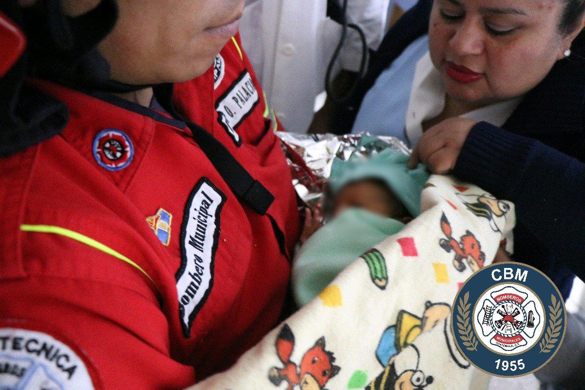 Bomberos Municipales rescataron a la menor. Foto Prensa Libre: CBM