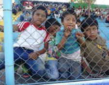 Los hermanos Ismael, Jhonny, Bryan y Carlos Aguilar Elías son fieles admiradores de la Máquina Celeste. Ayer interrumpieron su trabajo para llegar al estadio Municipal de Sanarate y apoyar a su representativo en el juego contra Antigua GFC (Foto Prensa Libre: Edwin Fajardo)