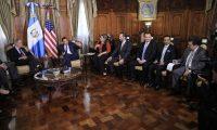 Jimmy Morales se reúne con senadores estadounidenses en el Palacio Nacional de la Cultura. (Foto Prensa Libre: Carlos Álvarez).
