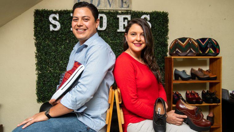 John Sosa y Helga Olivet de Sosa son los fundadores de GuateMaya Shoes una empresa que se dedica a la fabricación de todo tipo de calzado a la medida con detalles en tela alegórica guatemalteca, o bien diseños que responden a las últimas tendencias de la moda. (Foto Prensa Libre: Juan Diego González)