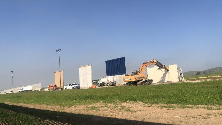 Maquinaria especial es utilizada para derribar los prototipos del muro fronterizo en Tijuana. (Foto Prensa Libre: EFE)