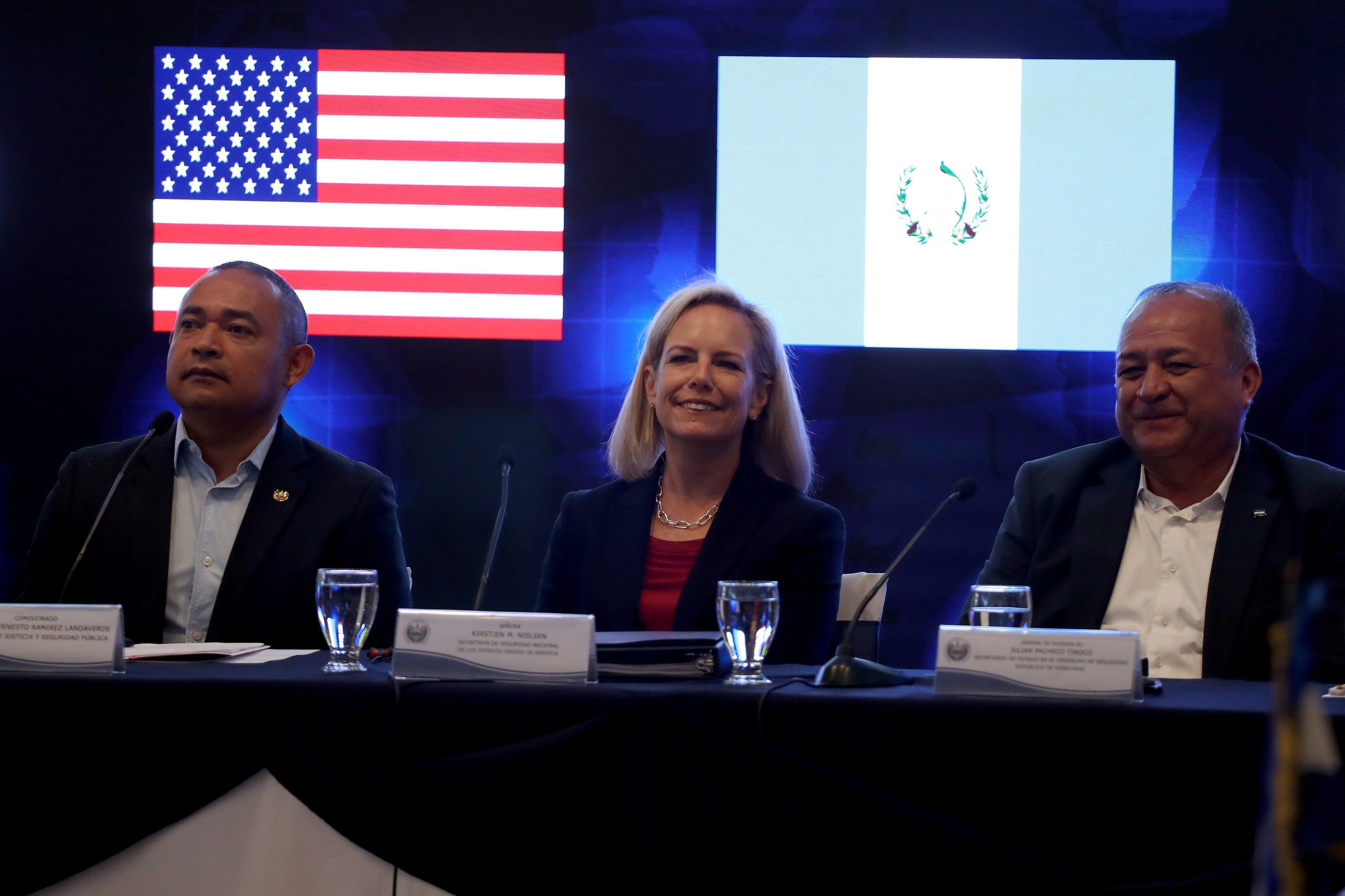 La secretaria de Seguridad Nacional de Estados Unidos, Kirstjen Nielsen (centro), durante el encuentro en  San Salvador. (Foto Prensa Libre: EFE)