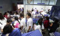 Es difícil movilizarse en la Emergencia del Hospital Roosevelt por la cantidad de camillas que hay en cada rincón. (Foto Prensa Libre: Carlos Hernández)