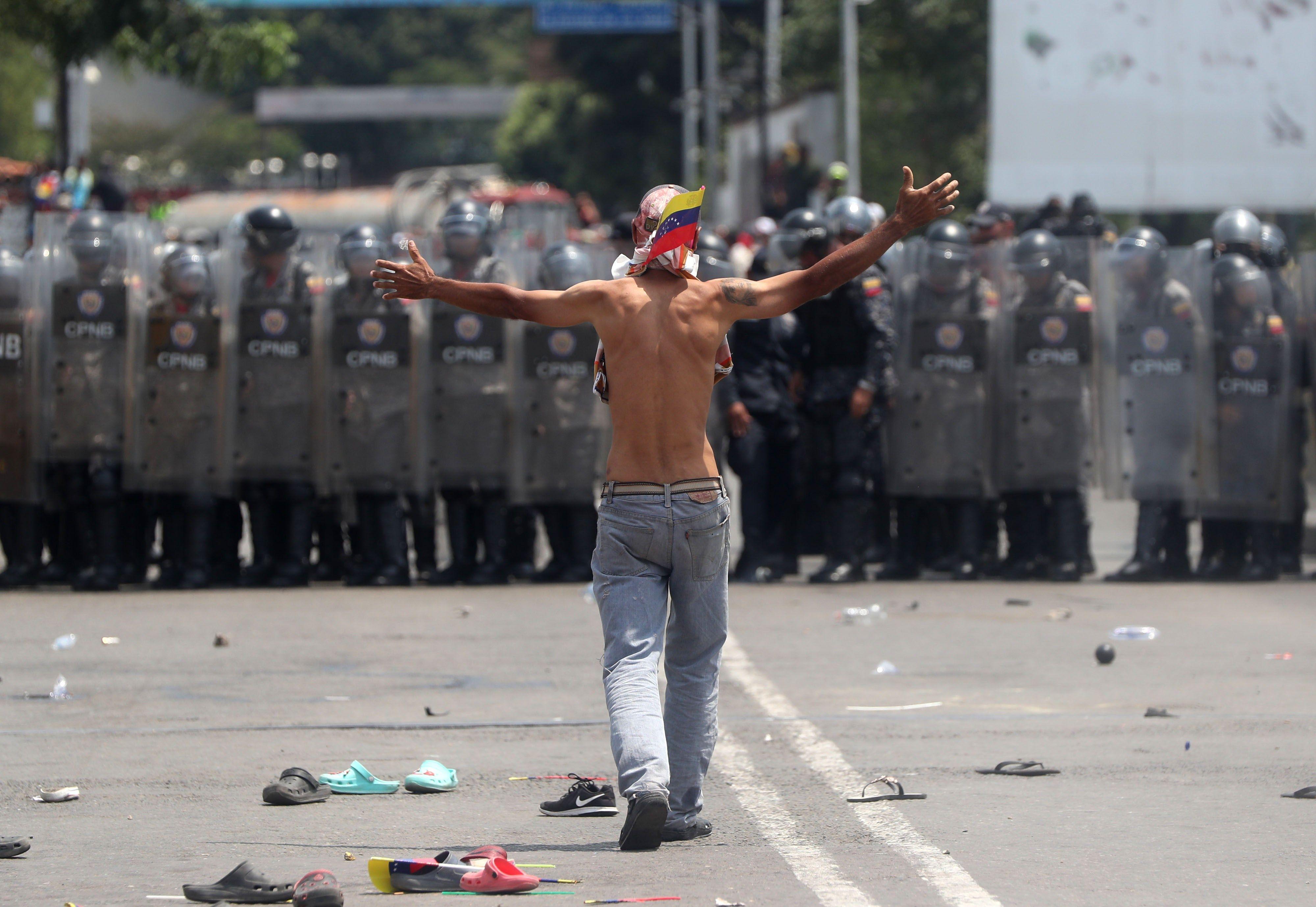 Enfrentamientos entre Policía venezolana y manifestantes en puente fronterizo con Colombia. EFE