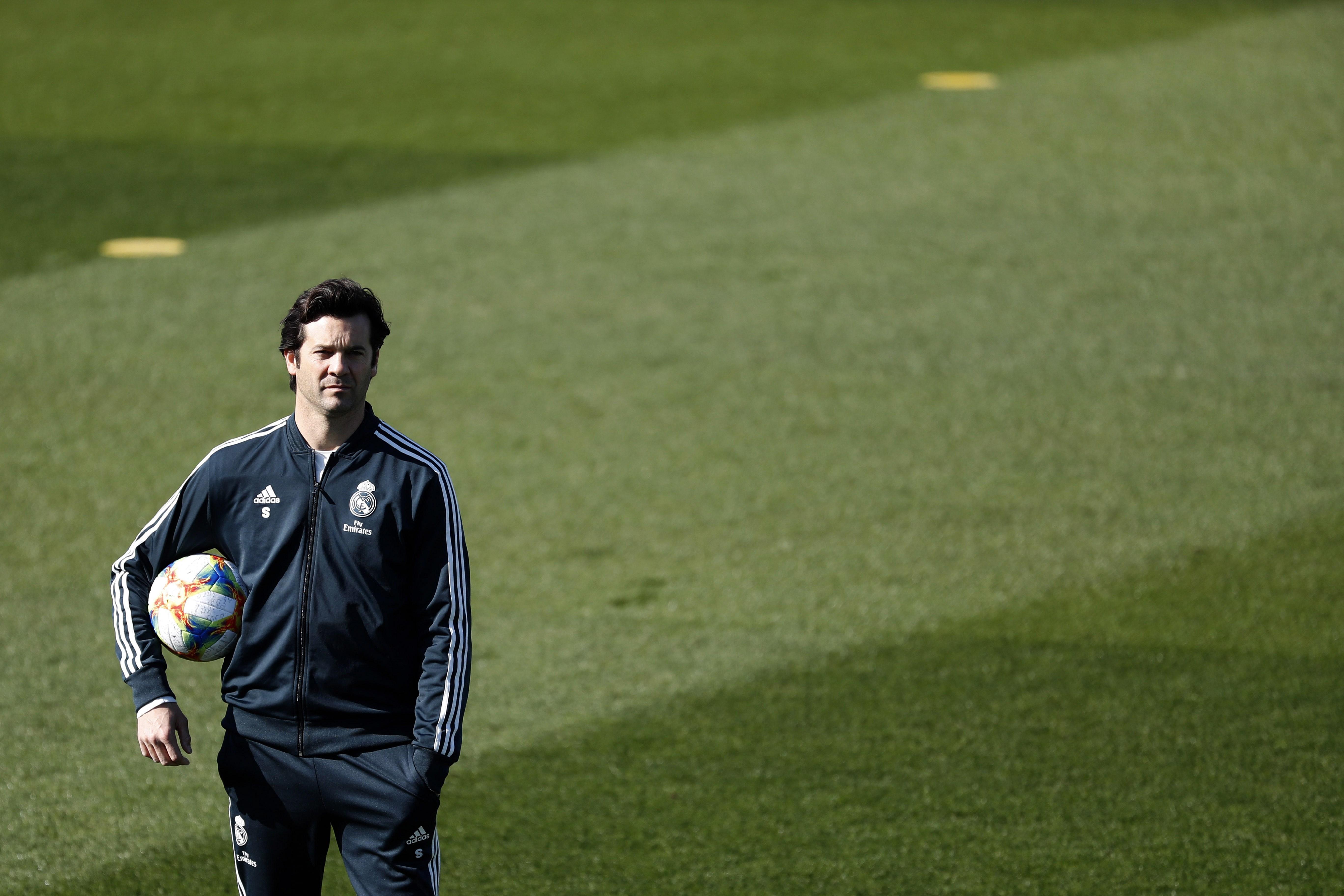 El entrenador argentino del Real Madrid, Santiago Solari, durante el entrenamiento realizado este martes en la Ciudad Deportiva de Valdebebas. (Foto Prensa Libre: EFE)