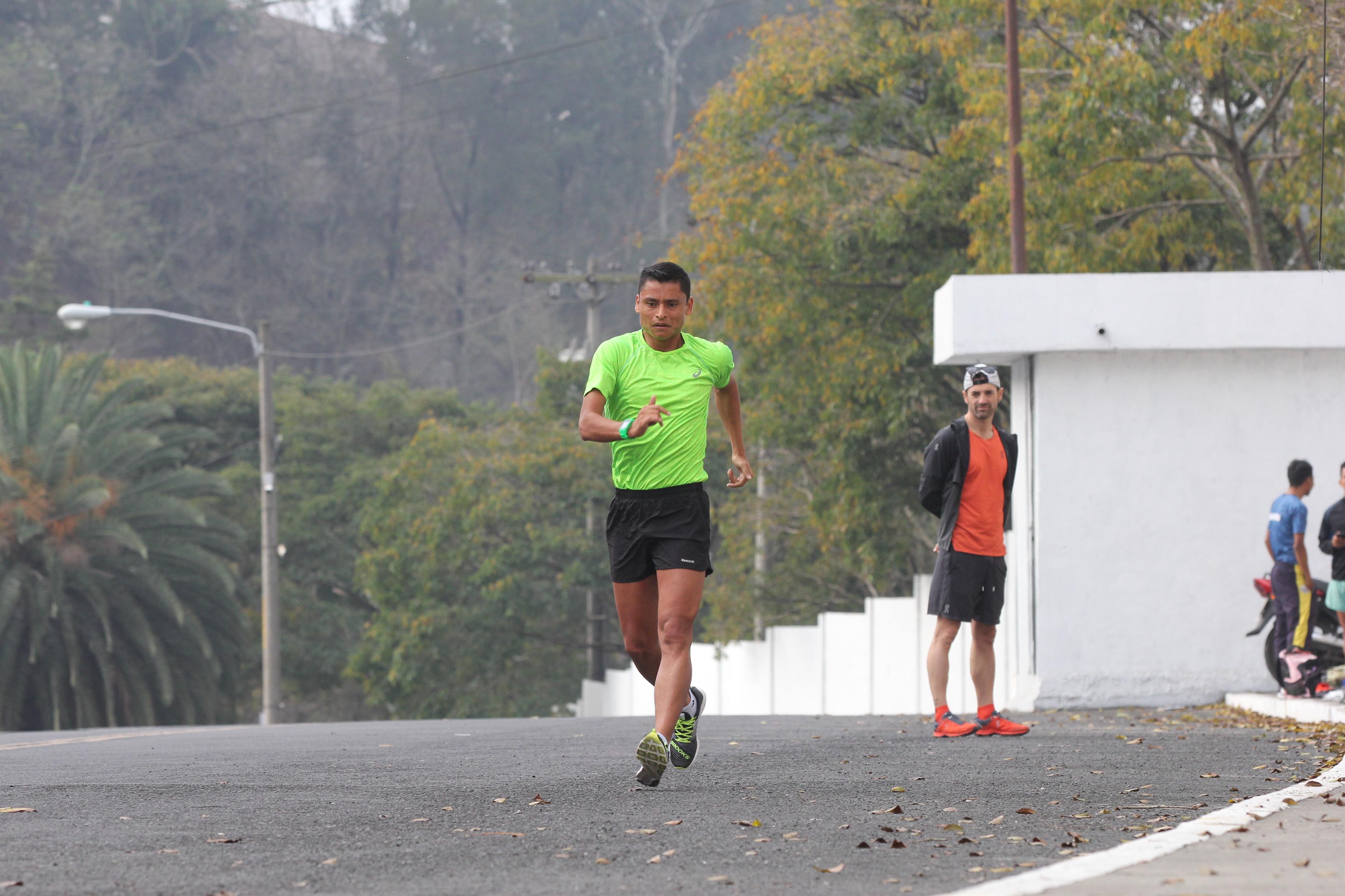 Érick Barrondo durante su entrenamiento en el Doroteo Guamuch Flores. (Foto Prensa Libre: Luis López)