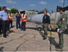 El minsitro de la Defensa, Luis Miguel Ralda, y el viceminsitro Roberto Ruiz visitan la Escuela de Aviación Militar Argentina. (Foto Prensa Libre: Escuela de Aviación Militar Argentina)