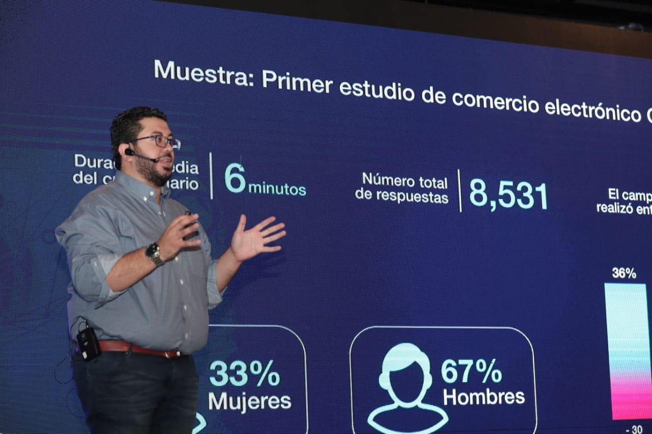 Juan José Castillo, presidente de la Gremial de Comercio Electrónico de la Cámara de Comercio de Guatemala presentó los resultados del estudio. (Foto Prensa Libre: Juan Diego González)