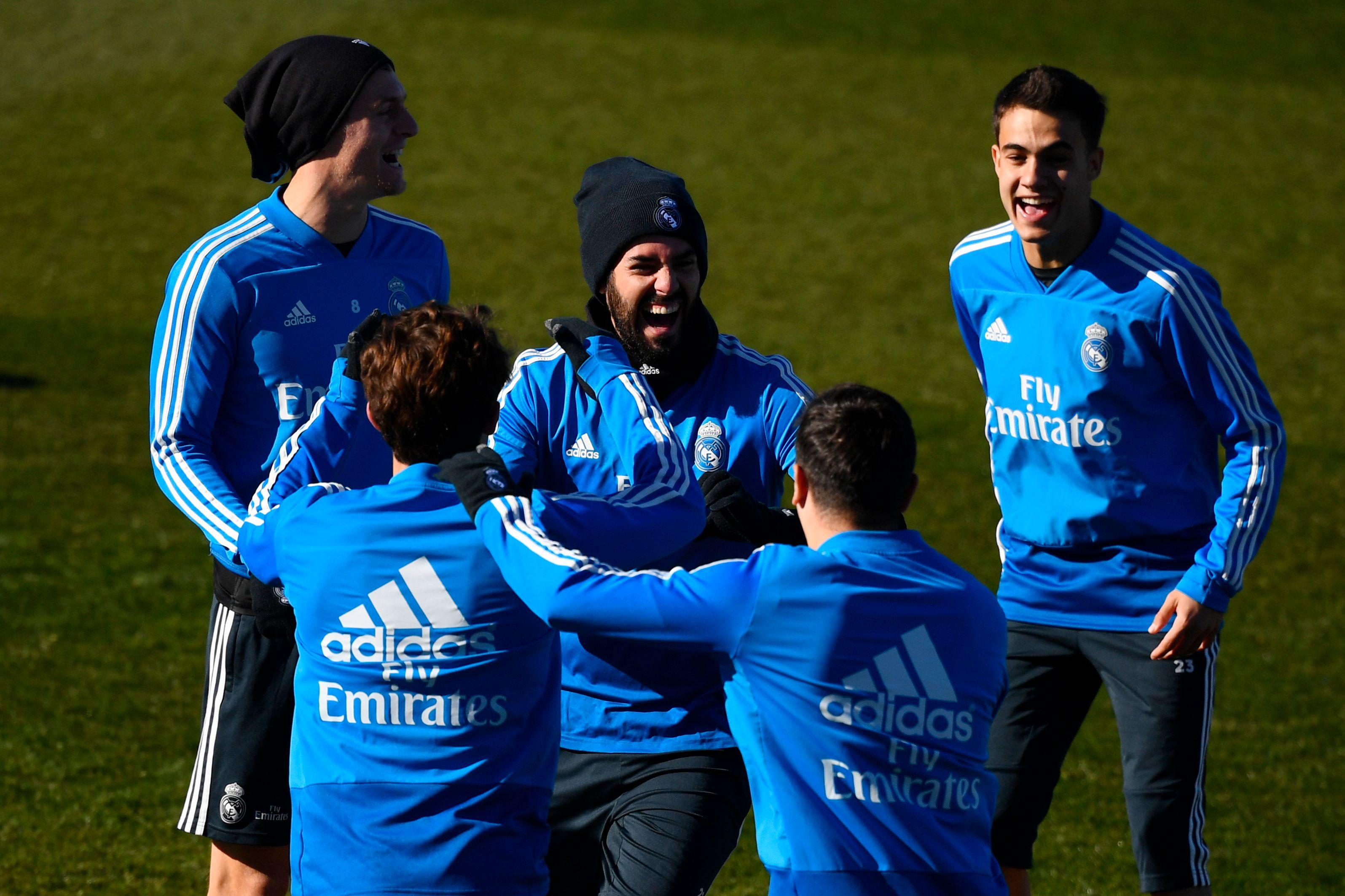 Isco Alarcón (centro), durante uno de los entrenamientos del Real Madrid. (Foto Prensa Libre: AFP)
