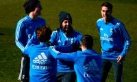 Real Madrid's Spanish midfielder Isco (C) laughs with teammates during a training session at the club's training ground in the outskirts of Madrid on February 5, 2019 on the eve of the Copa del Rey semi-final football match between Barcelona and Real Madrid. (Photo by GABRIEL BOUYS / AFP)