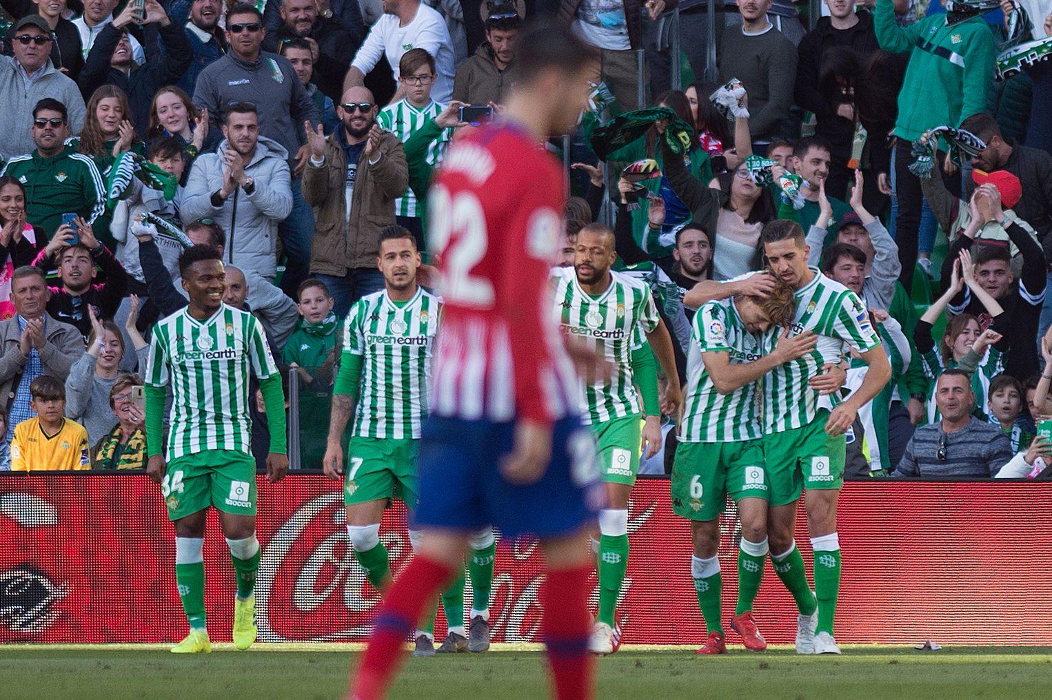 Las dos caras de la moneda, en el juego entre Atlético y Betis. (Foto Prensa Libre: AFP)