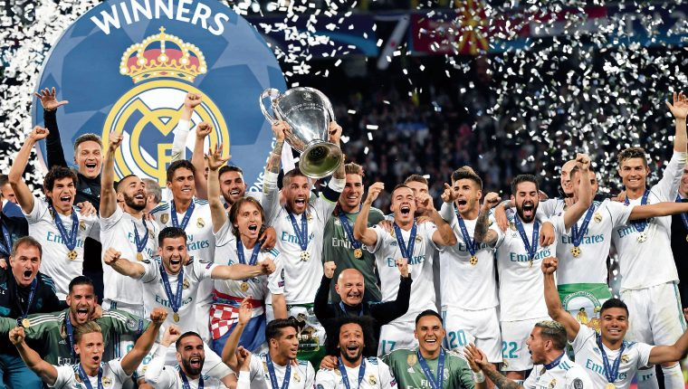 Real Madrid's Spanish defender Sergio Ramos lifts the trophy as Real Madrid players celebrate winning the UEFA Champions League final football match between Liverpool and Real Madrid at the Olympic Stadium in Kiev, Ukraine on May 26, 2018. Real Madrid defeated Liverpool 3-1. / AFP PHOTO / Paul ELLIS