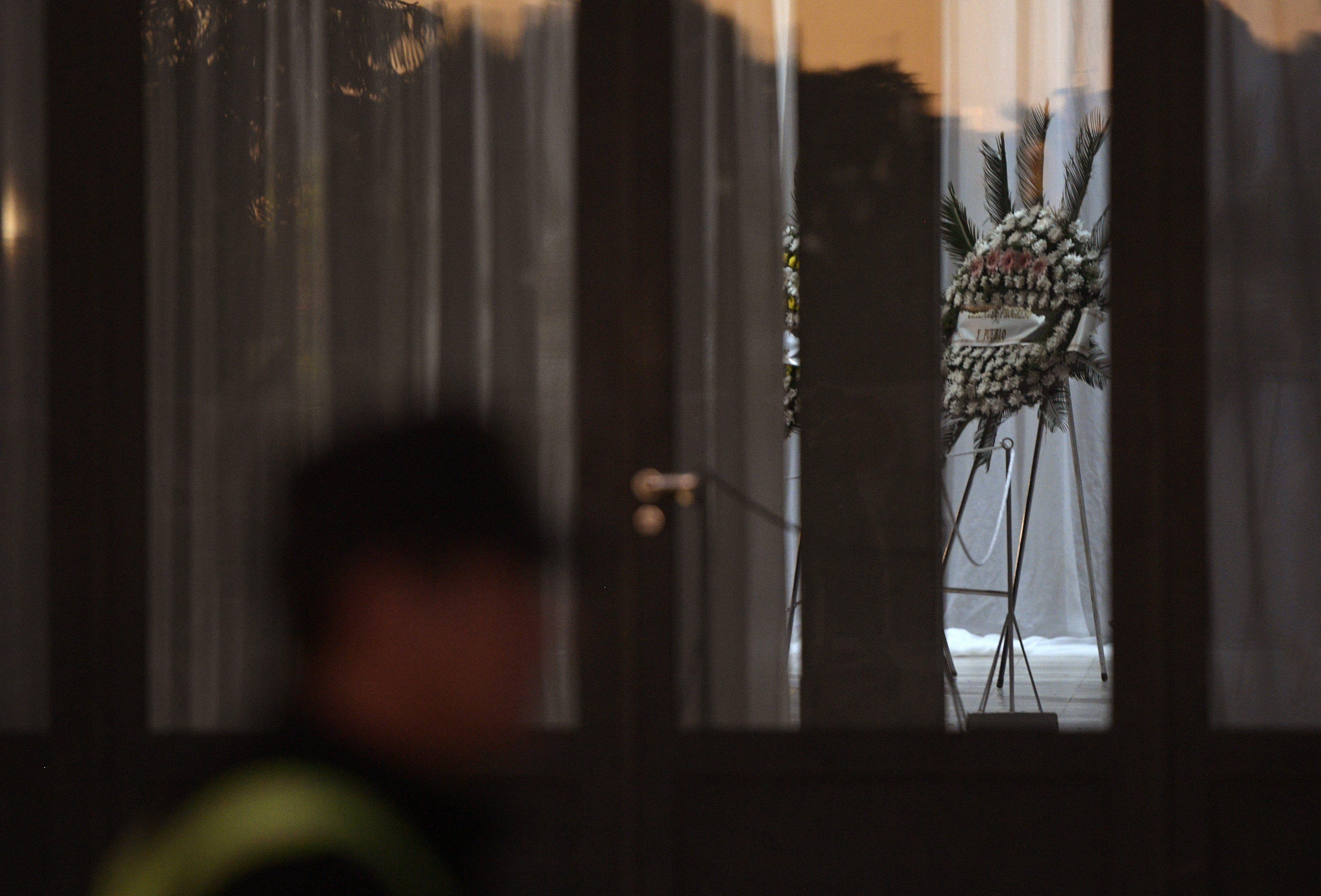 Familiares, amigos y aficionados se despiden de Emiliano Sala, en Argentina. (Foto Prensa Libre: AFP)