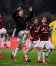Los jugadores del AC Milan festejaron al final del partido. (Foto Prensa Libre: AFP)