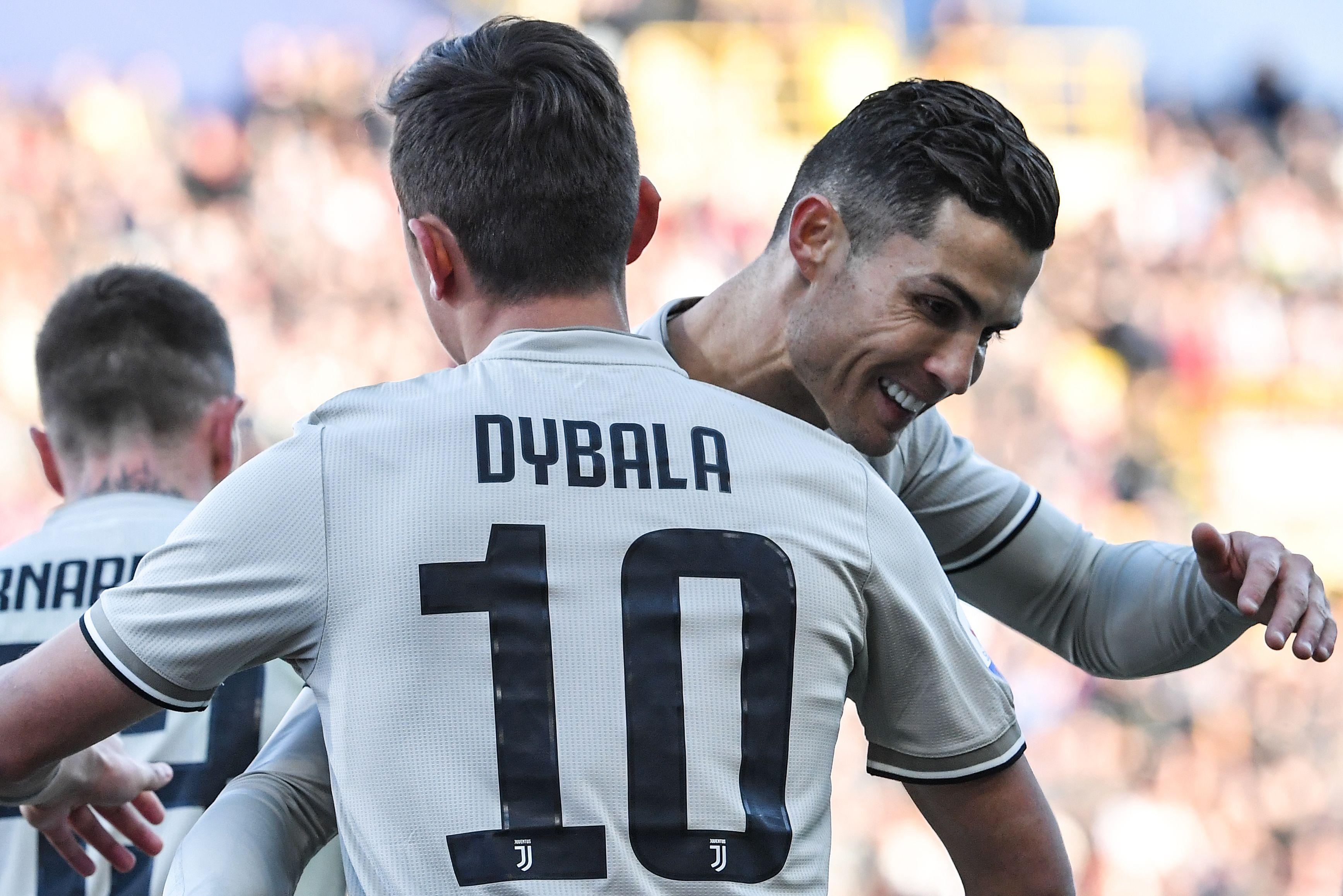 Paulo Dybala festeja con Cristiano Ronaldo, después de marcar el gol del triunfo. (Foto Prensa Libre: AFP)