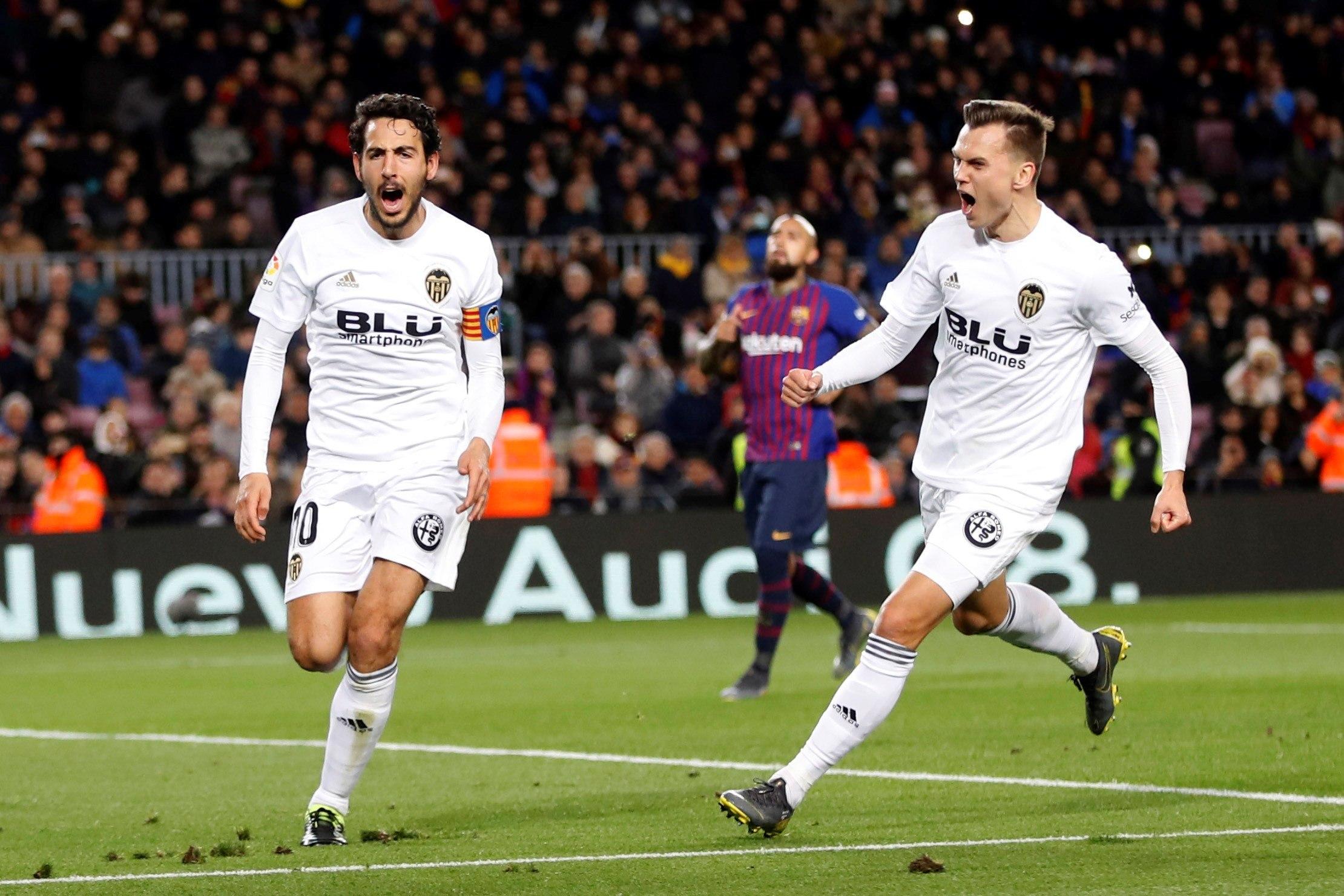 Los jugadores Valencia, Dani Parejo (i) y Denis Dmitriyevich Cherychev, celebran el segundo gol del equipo valencianista. (Foto Prensa Libre: EFE)
