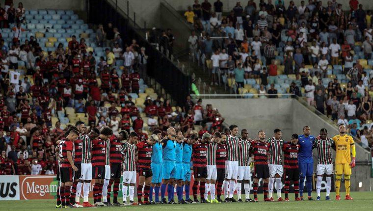 Jugadores de Flamengo y Fluminense guardaron un minuto de silencio en honor a los niños víctimas de un incendio en una de las sedes del club Flamengo. (Foto Prensa Libre: EFE)