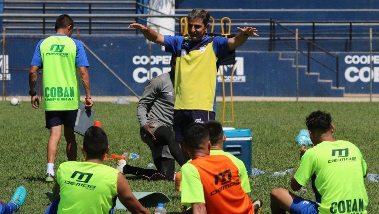 El entrenador Fabricio Benítez confía en ganar el torneo de Copa. (Foto Prensa Libre: Eduardo Sam Chun)