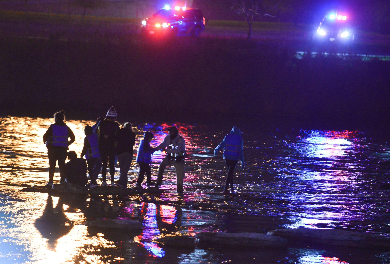 La familia de migrantes compuesta de 3 adultos y dos niños son rescatados de las aguas del Río Bravo en México. (Foto Prensa Libre: EFE)