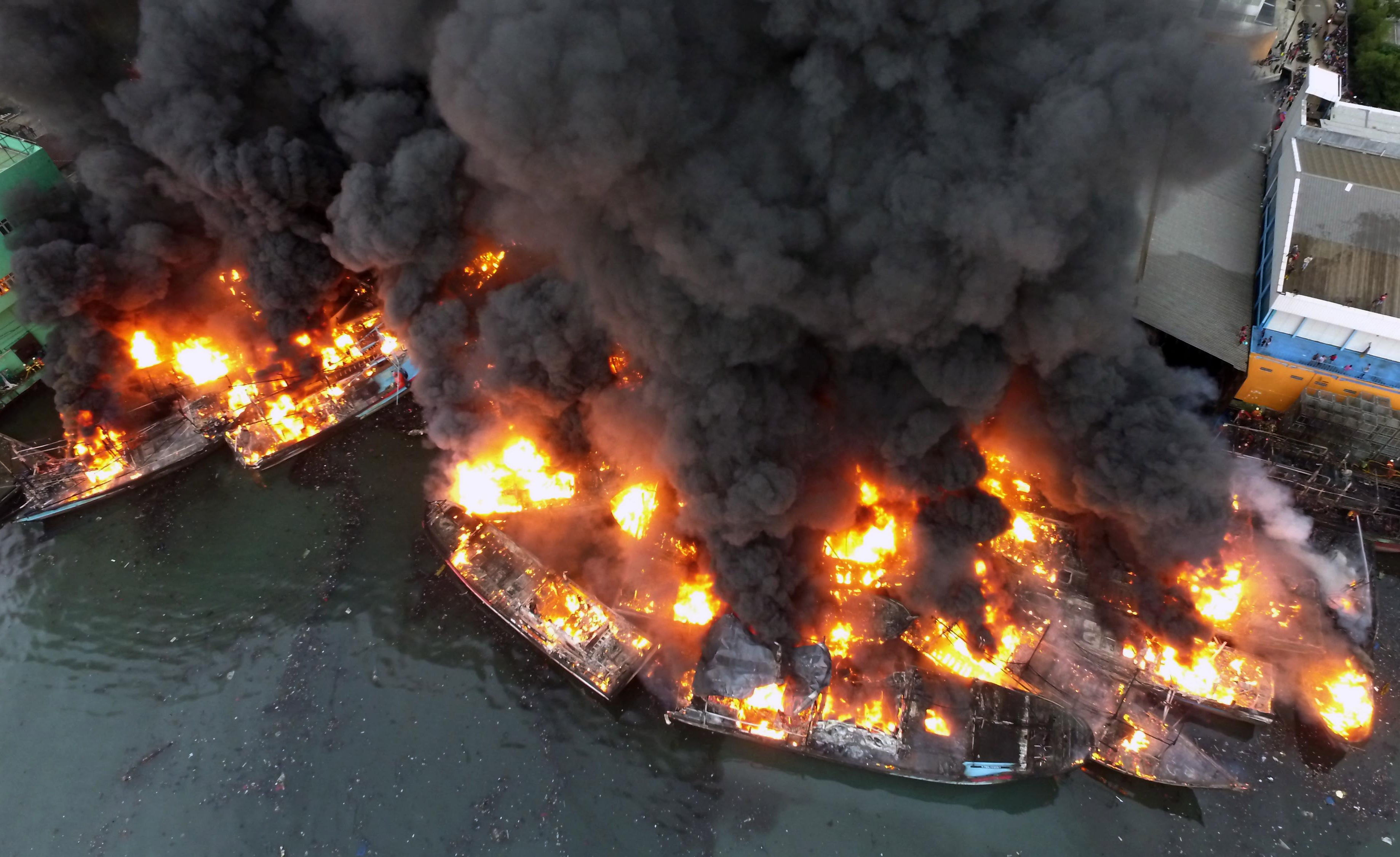 Una vista aérea muestra los barcos de pesca que se queman en el puerto de Muara Baru en Yakarta, Indonesia. EFE