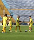Los jugadores de Guastatoya durante el entrenamiento de este lunes en el estadio Doroteo Guamuch Flores. (Foto Prensa Libre: Francisco Sánchez)