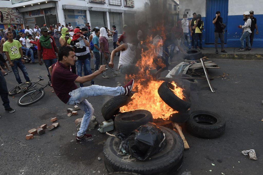Los venezolanos se enfrentan con guardias nacionales en la ciudad fronteriza de Ureña después de que el gobierno de Maduro ordenara cerrar temporalmente la frontera con Colombia