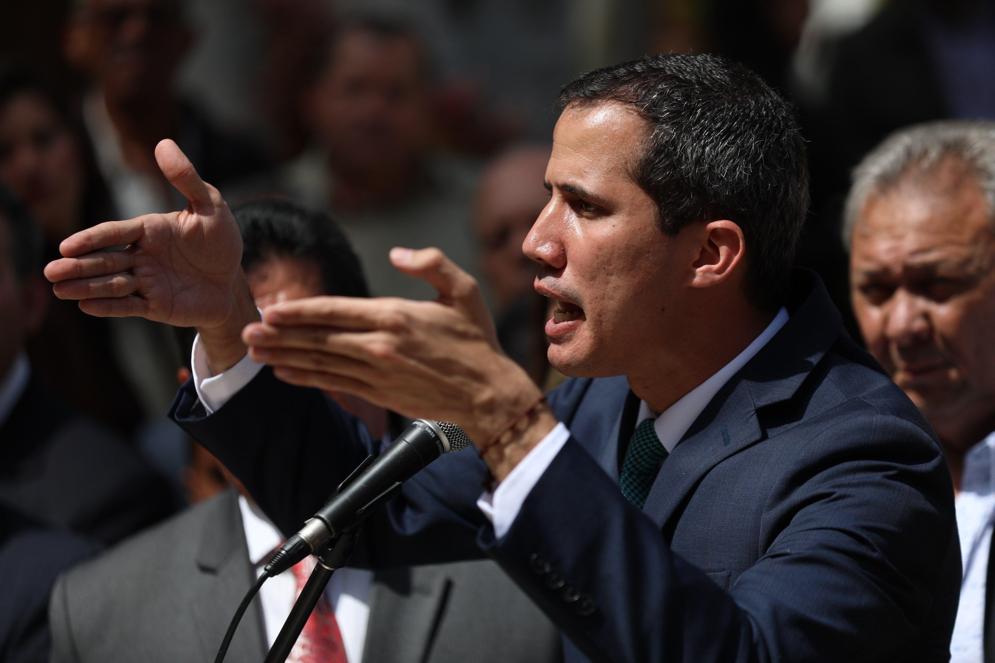 Juan Guaidó, que el 23 de enero pasado se adjudicó las competencias del Ejecutivo como presidente interino, afirmó que tiene un plan de reactivación económica, pero que lo primero es recuperar la democracia. (Foto Prensa Libre: EFE)